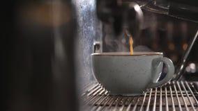 Kawowa maszyna w sklep z kawą Zamyka w górę strzału zbiory wideo