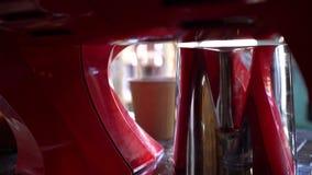 Kawowa maszynowa dolewanie kawa wewnątrz papierowe filiżanki zbiory wideo