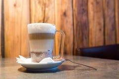 Kawowa mokka na stole przy barem Zdjęcia Royalty Free