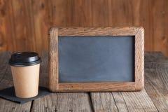 Kawowa papierowa filiżanka z rocznika łupku kredową deską na grunge drewnie, Zdjęcie Royalty Free
