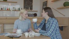 Kawowa przerwa żeńscy freelancers pracuje w kawiarni zbiory
