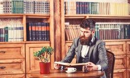 Kawowa przerwa, czasu wolnego pojęcie Edukacja i inteligencja zdjęcia stock