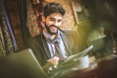 Kawowa przerwa jest czasem sprawdzać twój biznesowego postęp obrazy royalty free