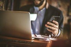 Kawowa przerwa jest dobrym czasem sprawdzać twój biznesowego postęp obrazy royalty free
