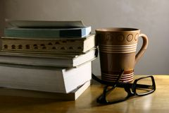 Kawowa przerwa - książki Zdjęcia Royalty Free