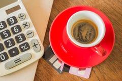 Kawowa przerwa na biznesowym praca stole Zdjęcia Royalty Free
