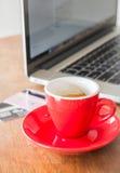 Kawowa przerwa na biznesowym praca stole Obraz Stock