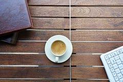Kawowa przerwa na drewnianym biurku Obraz Royalty Free