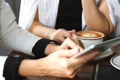 Kawowa przerwa podczas gdy dyskutujący plan biznesowego przy kawiarnią Zdjęcia Stock