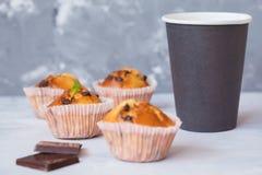 Kawowa przerwa z czekoladowymi muffins Zdjęcia Stock