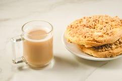 Kawowa przerwa z dwa świeżym suchym ciastkiem z dokrętki /Coffee przerwą fotografia royalty free
