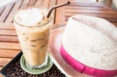 Kawowa przerwa z lukrową kawą espresso przy sklepem Obrazy Royalty Free