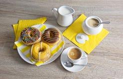 Kawowa przerwa z pączkami obraz royalty free