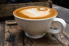 Kawowa sztuka na drewnianym stole Obrazy Stock