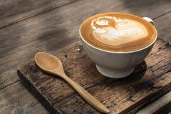 Kawowa sztuka na drewnianym stole Zdjęcia Stock