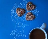 Kawowa sztuka Obrazek obrazek drzewo wynajdowć i malujący z jego swój rękami dekorował z ciastkami z filiżanką kawy obrazy royalty free