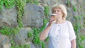 kawowa target1346_0_ starsza kobieta Rocznik ściana dziki kamień w tle zbiory