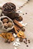 Kawowe fasole, cynamon, gwiazdowy anyż, orzechy włoscy, nutmeg, suszyli - owoc Zdjęcia Stock