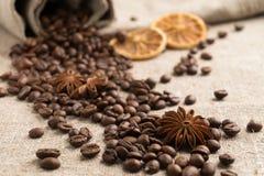 Kawowe fasole, cynamon, gwiazdowy anyż, pomarańcze sucha na parciaku Obrazy Royalty Free