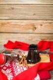 Kawowe fasole, cynamon, turek, czerwony knitwear na drewnianym tle Wieczór bożenarodzeniowy tło zdjęcia stock