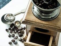 Kawowe fasole gotowe z diff kawowym ostrzarzem obrazy stock
