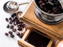 Kawowe fasole gotowe z diff kawowym ostrzarzem zdjęcie stock