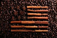 Kawowe fasole, gwiazdowy anyż i cynamon w formie flagi amerykańskiej, Fragrant pikantność dla kawowego napoju, w górę, pojęcie obrazy royalty free