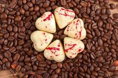 Kawowe fasole i biały czekoladowy kierowy cukierek Zdjęcia Royalty Free