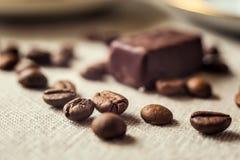 Kawowe fasole i cukierek trzcina rozlewająca fasoli kawa fotografia royalty free