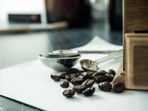 Kawowe fasole i Diff kawowy ostrzarz obrazy stock