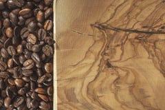 Kawowe fasole i drewniana ziemia fotografia royalty free