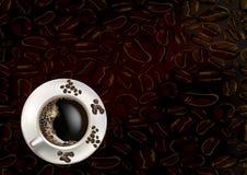 Kawowe fasole i filiżanka Fotografia Royalty Free