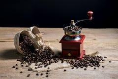 Kawowe fasole i kawowy ostrzarz Obrazy Royalty Free