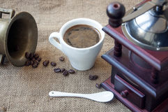 Kawowe fasole i kawowy ostrzarz, zamykają up na tle burlap worek Zdjęcie Stock
