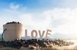 Kawowe fasole i miłość na drewnianym stole zdjęcia stock