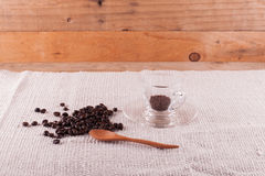 Kawowe fasole i natychmiastowa kawa w filiżance Zdjęcie Royalty Free