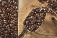 Kawowe fasole i łopata na drewnianej ziemi obraz royalty free