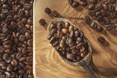 Kawowe fasole i łopata na drewnianej ziemi zdjęcie stock