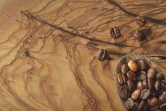 Kawowe fasole i łopata na drewnianej ziemi obrazy royalty free