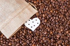 Kawowe fasole i serce blisko brezentowej torby Miłości coffee_ zdjęcia royalty free