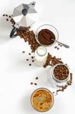Kawowe fasole i ziemia, mleko w butelce, Moka garnek Obraz Royalty Free