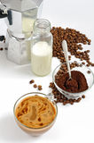 Kawowe fasole i ziemia, mleko w butelce, Moka garnek Fotografia Royalty Free
