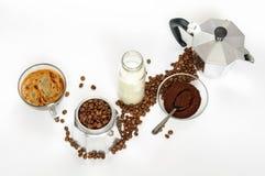 Kawowe fasole i ziemia, mleko w butelce, Moka garnek Zdjęcia Stock