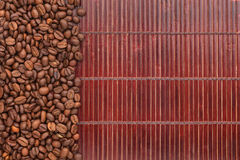 Kawowe fasole kłama na bambus macie Obraz Royalty Free
