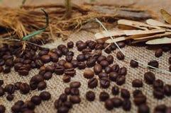 Kawowe fasole kłamają na stole, odgórny widok zbliżenie zdjęcie stock