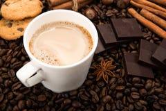 Kawowe fasole kawowe z śmietanką w filiżance Obrazy Stock
