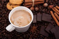 Kawowe fasole kawowe z śmietanką w filiżance Zdjęcie Royalty Free