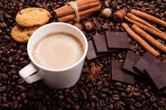 Kawowe fasole kawowe z śmietanką w filiżance Fotografia Royalty Free
