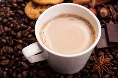 Kawowe fasole kawowe z śmietanką w filiżance Fotografia Stock