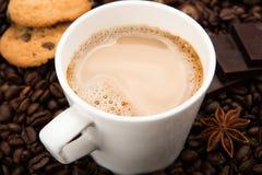 Kawowe fasole kawowe z śmietanką w filiżance Zdjęcia Stock